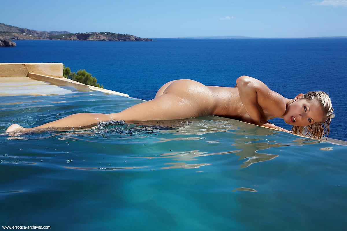 Плавает голая порно онлайн